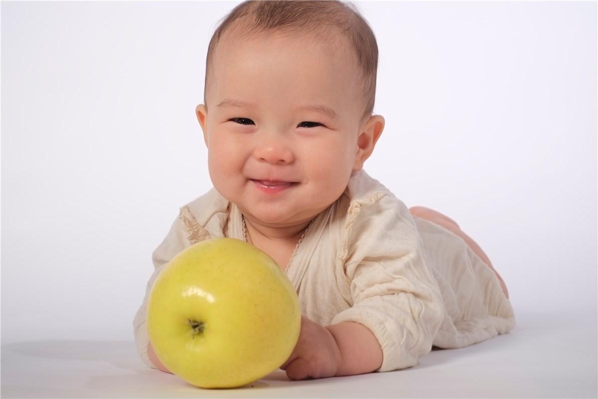 黄色のりんごと微笑む赤ちゃん